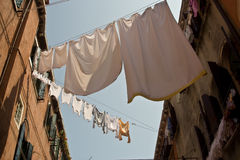 Canaletas históricas pequenas em Veneza foto de stock royalty free