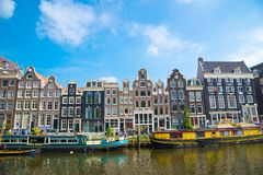 Canali di Amsterdam con le barche e le case olandesi tipiche, Paesi Bassi Fotografie Stock Libere da Diritti