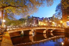Canali di Amsterdam entro la notte Fotografia Stock