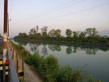 Canali moderni di irrigazione per l'agricoltura e le case India Immagini Stock Libere da Diritti
