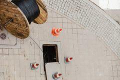 Canalisation d'égout de nettoyage de trou d'homme Photos libres de droits