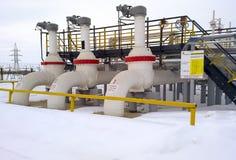 Canalisation d'approvisionnement en pétrole à la boutique de préparation d'huile Valves sur la canalisation et l'aire de service Photo libre de droits