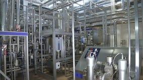 Canalisation dans une usine moderne de laiterie banque de vidéos