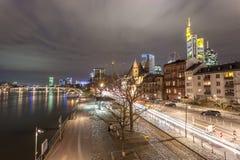 Canalisation de Francfort la nuit, Allemagne Image stock