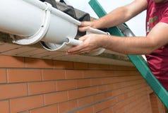 Canalisation de gouttière de pluie d'installation et de réparation d'entrepreneur de Roofer image stock