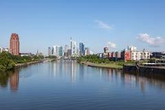 Canalisation de rivière et horizon de Francfort Photos libres de droits
