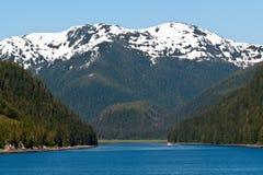 Canalisation intérieure le long de la chaîne de montagne d'Alaska Images stock