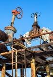 Canalisation rouillée avec des valves sur le fond de ciel bleu Photographie stock libre de droits