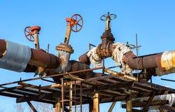 Canalisation rouillée avec des valves sur le fond de ciel bleu Photo stock