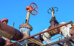 Canalisation rouillée avec des valves sur le fond de ciel bleu Images libres de droits