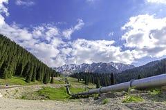 Canalisation sur le grand lac almaty de route, Tien Shan Mountains à Almaty, Kazakhstan Photographie stock