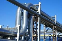 Canalisations industrielles contre le ciel bleu Photo stock