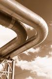Canalisations industrielles sur la pipe-passerelle Photographie stock libre de droits