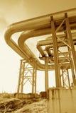 Canalisations industrielles sur la pipe-passerelle Photographie stock