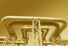 Canalisations industrielles sur la pipe-passerelle Photo libre de droits