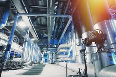 Canalisations, valves, câbles et passages couverts en acier industriels photos libres de droits