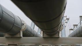 Canalisez le pétrole de transport, le gaz naturel ou l'eau dans le tuyau en métal clips vidéos