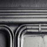 Canalizações elétricas montadas no muro de cimento velho imagens de stock royalty free