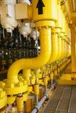 Canaliza las construcciones en la plataforma de la producción, proceso de producción de la industria del petróleo y gas, línea af fotos de archivo