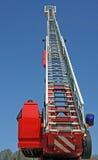 Canalización vertical de la escalera y sirena azul del camión de bomberos durante una emergencia Foto de archivo