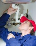 Canalizador no encanamento de reparação uniforme Fotografia de Stock