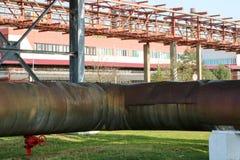 Canalize o estocade, grande tubulação de vapor na isolação feita das lãs de vidro com ventil vermelho, válvula, válvula, drenagem imagem de stock royalty free