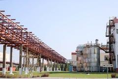 Canalize a passagem superior com as tubulações oxidadas do ferro para o líquido de bombeamento, o condensado, o vapor, a água com Foto de Stock
