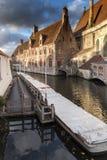 Canalside alloggia Bruges Immagini Stock
