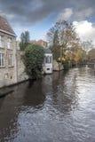 Canalside alloggia Bruges Immagine Stock