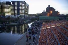 3,000个点蜡烛的南瓜在伦敦覆盖Canalside步来并且雕刻在Cross国王的附近 免版税库存图片