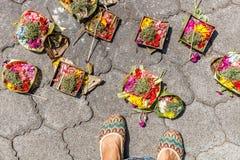 Canang sari, balijczyk Hinduska ofiara na zmielonych pobliskich damy ` s ciekach bali Indonesia obrazy royalty free