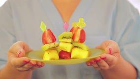 Canapé de la fresa y de los kiwis frescos del melocotón almacen de video