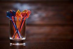 canapés的多彩多姿的串在木背景的一个玻璃杯子 库存照片