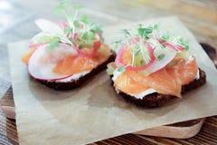 Canapés con el salmón ahumado, las hierbas y el queso cremoso imágenes de archivo libres de regalías