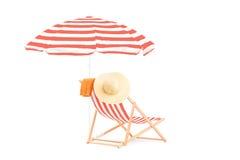 Canapé de Sun avec les rayures et le parapluie photo libre de droits