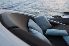 Canapé et oreillers de bord de la mer photos libres de droits