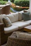 Canapé tropical de divan de patio dans un patio photos libres de droits