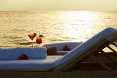 Canapés au bord de la mer tropicale avec des cocktails Photos libres de droits