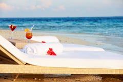 Canapés au bord de la mer tropicale avec des cocktails Image libre de droits