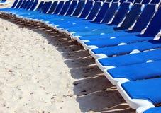 Canapés de détente de plage photographie stock libre de droits
