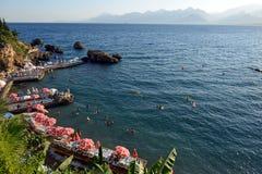 Canapés de Sun à la plage d'Antalya, Turquie Photographie stock libre de droits