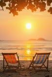 Canapés de Sun sur la plage pendant le coucher du soleil détendez Photos libres de droits
