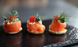 Canapés do salmão fumado imagens de stock