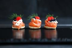 Canapés do salmão fumado foto de stock royalty free