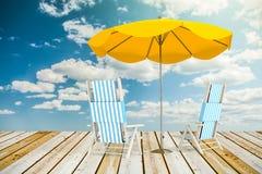 Canapés et parapluie de Sun Photos stock