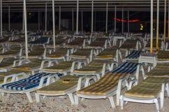 Canapés rayés vides par la mer le soir image stock
