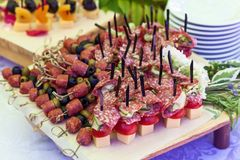 Canap em espetos com salame e azeitonas fotografia de stock