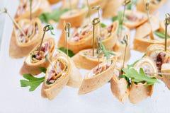 Canape assortite con formaggio, carne, rotoli, la tortiglia e la macedonia Alimento per accompagnare le bevande il buffet al fotografie stock libere da diritti