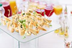 Canape assortite con formaggio, carne, rotoli, la tortiglia e la macedonia Alimento per accompagnare le bevande il buffet al immagini stock libere da diritti