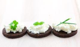 Canape avec du fromage et des herbes Photo libre de droits
